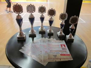 die Pokale zusammen mit dem neuen Bundsliga-Flyer