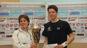 Kandra gewann 2013 zum ersten Mal die Heilbronn Squash Open, hier mit damaligen Siegerin Simone Götz