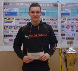Der Stuttgarter Valentin Rapp bei der Siegerehrung der Heilbronn Squash Open 2013